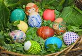 Huevos de pascua en una cesta — Foto de Stock