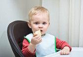 The baby eats bread — Stock Photo