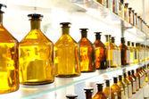 Botellas de la antigua medicina ámbar — Foto de Stock