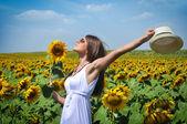 Jovem no campo de beleza com girassóis — Foto Stock