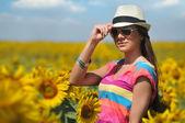 Mujer joven en el campo de la belleza con girasoles — Foto de Stock