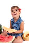 Grappig meisje eten een watermeloen — Stockfoto