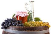 番茄与秋季蔬菜和水果在白色背景上的一罐 — 图库照片