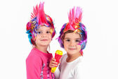 The children sing with colorful wigs — Stock Photo