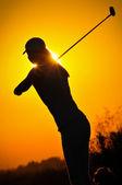 Sunset bulvarında golf oynayan kız — Stok fotoğraf