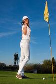 прекрасной девочка, играя в гольф — Стоковое фото