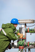 The worker of the gas and oil refinery — Stock Photo