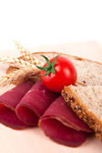 Decoration with wholemeal bread, ham, mushrooms and tomatoes — Stock Photo