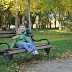 Kinder spielen im Herbst-park — Stockfoto