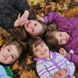 Kids playing in autumn park — Stockfoto