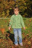 Enfants jouant dans le parc automne — Photo