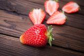Aardbeien op houten plaat — Stockfoto