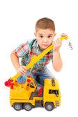 小さな男の子はおもちゃのトラックで遊ぶ — ストック写真
