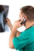 Análisis de la radiografía del doctor — Foto de Stock