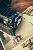 Старинный фотоаппарат на деревянный фон — Стоковое фото