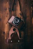 Vintage kamera på trä bakgrund — Stockfoto