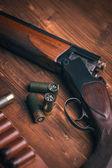 Fusil de chasse sur fond en bois — Photo