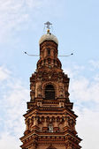 Kazan. The bell tower of the Cathedral of the Epiphany (Theophany tower) on a background of blue sky — Stock Photo