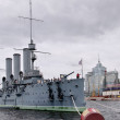 """The cruiser """"Aurora"""" in the parking lot of the Petrograd embankment. St. Petersburg — Stock Photo"""