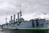 "The cruiser ""Aurora"" in the parking lot of the Petrograd embankment. St. Petersburg — Stock Photo"