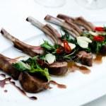 kotleciki jagnięce z grilla — Zdjęcie stockowe