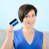 Usmívající se žena zobrazeno kreditní karty — Stock fotografie