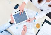 Discusión de la estrategia con un analista financiero — Foto de Stock