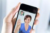 Paar genießen einen videoanruf von einem smartphone — Stockfoto