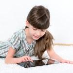 niña jugando con una tableta — Foto de Stock