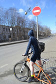 Girl cyclist on street of St.Petersburg — Стоковое фото