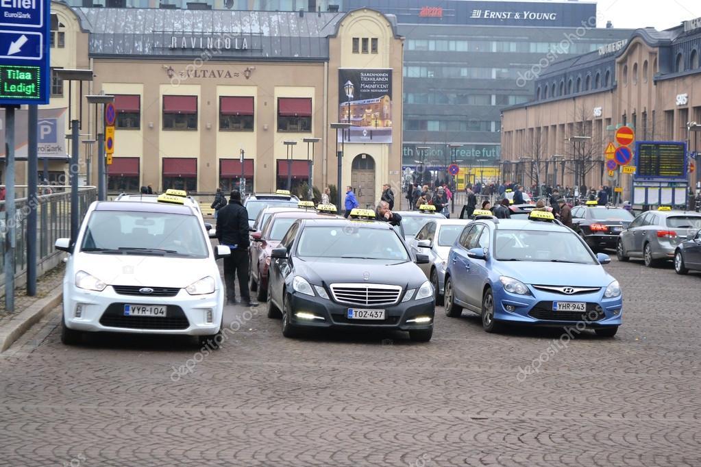 Stationnement dun taxi dans la rue à helsinki — Photo éditoriale © konstsem #24571897