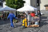 Man unloads barrels of beer in Lucerne — Stock Photo