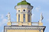 Het gebouw is in de stijl van stalin in kolpino. — Stockfoto