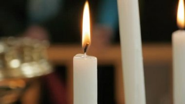 Lighted candles in cathedral — Stock Video
