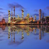 Petrokimya tesisi bir yansımasıdır, gece — Stok fotoğraf