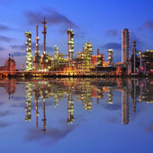 Reflection of petrochemical plant at night — Stockfoto