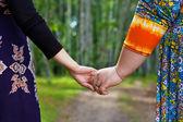 Flickvänner håller i händerna — Stockfoto