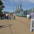 "St. Petersburg, painter drawing cruiser ""Aurora"" — Stock Photo #14150850"