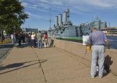 """St. Petersburg, painter drawing cruiser """"Aurora"""" — Stock Photo"""