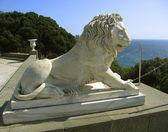 Sculpture of lion near Vorontcovskiy palace, Crimea — Stock Photo
