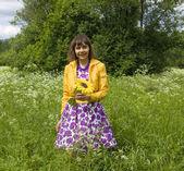 молодая женщина с подсолнухом — Стоковое фото