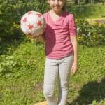 garota de pé com bola — Foto Stock
