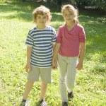 garoto e garota ao ar livre — Foto Stock