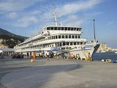 Big cruise ship, town Yalta, Crimea, Ukraine — Stock Photo