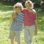 menino e menina em pé — Foto Stock