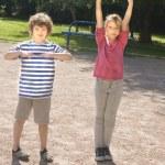 menino e menina fazendo física excersises — Foto Stock