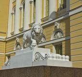 St. Petersburg, sculpture of lion near Russian museum — Stock Photo