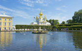 Peterhof, fountain and orthodox church — Stock Photo