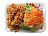 Wels würzig mit Mango und Karotte oder Yam Pla Dook foo — Stockfoto
