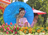 NAKHON SI THAMMARAT, THAILAND - SEPTEMBER 26: Girl with Thai dress in Tenth Lunar Month Festival Parade, in Nakhon Si Thammarat, Thailand, SEPTEMBER 26, 2011 — Stock Photo